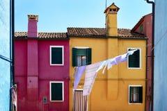 Przód koloru żółtego i czerwieni domy na wyspie Burano włochy Wenecji Obraz Royalty Free