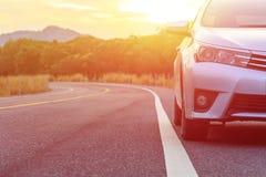 Przód nowy srebny samochodowy parking na asfaltowej drodze Fotografia Stock