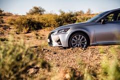Przód samochodowa klasa business srebrzysta w pustyni zdjęcia stock