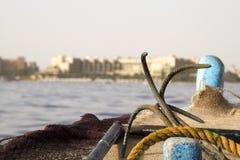 Przód Stara żagiel łódź, kotwica i Wyspa z piaskowatą plażą, morzem i niebieskim niebem w tle, Obraz Stock
