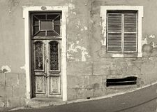 prz?d stary zaniechany dom z zamykaj?cymi okno i blokuj?cy drewniany drzwi z p?atkowania obierania farb? na po?ogiej ulicie obrazy royalty free