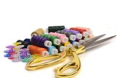 Przędza nożyce i tkanina Fotografia Stock
