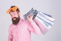 Prześladujący z zakupy Uzależniony konsumpcyjny pojęcie Mężczyzny chwyta beztroskie brodate torby na zakupy Robić zakupy niemego  obrazy stock