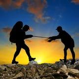 przełęcza sylwetki turystów dwa spacer Zdjęcie Stock