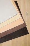prześcieradła szary i brown papier dla scrapbooking na drewnianym stole Zdjęcia Royalty Free