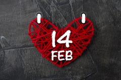 Prześcieradło kalendarz z datą walentynki ` s dzień w postaci czerwonych serc na ciemnym tle Zdjęcie Royalty Free