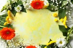 Prześcieradło koloru papier z pięknymi kwiatami na lekkim tle zdjęcie stock