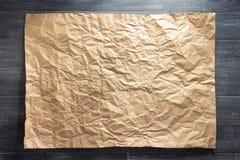 Prześcieradło papier przy drewnianym tłem obrazy royalty free