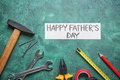 Prześcieradło papier z teksta ojca Szczęśliwym dniem i setem narzędzia na koloru tle obrazy stock