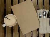 Prześcieradło papieru, filiżanki kawy i flatware set, jest na drewnianym stole, flatlay obrazy royalty free
