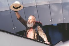 Prześciganie przechodzić na emeryturę kwitnącą rękę na podróżnym schody obraz stock