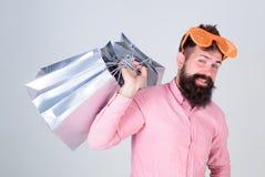 Prześladujący z zakupy Uzależniony konsumpcyjny pojęcie Mężczyzny chwyta beztroskie brodate torby na zakupy Robić zakupy niemego  obraz stock