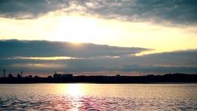 Prześwietne backlit chmury w wspaniałym niebie nad rzeką zdjęcie wideo