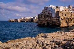 Prześwietny denny wybrzeże Włochy z wioską umieszczał nad morze Obraz Royalty Free