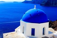 Prześwietny widok głęboki błękitny Egejski z Cycladic kościół w Santorini, Grecja (Oia) zdjęcia stock