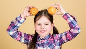 Prze?laduj?cy z domowej roboty jedzeniem Diety kaloria i Yummy muffins Dziewczyny dziecka łasowania śliczni słodka bułeczka lub obrazy royalty free
