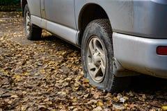 Przebijać samochodowe opony, wandalizm, chuligaństwo obraz stock