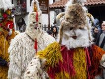 Przebrani męscy uczestnicy przy Kukeri festiwalem Presponedelnik w Shiroka Laka, Bułgaria obrazy royalty free