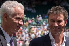 Przechodzić na emeryturę gracze, Pat Cash i John McEnroe w rozmowie przed rozpoczęciem mężczyzna ` s finałów na centre sądzie, zdjęcie royalty free