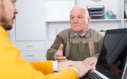 Przechodzić na emeryturę i agent szyldowy asekuracyjny kontrakt Obrazy Royalty Free