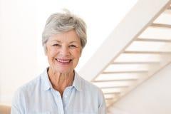 Przechodzić na emeryturę kobieta ono uśmiecha się przy kamerą fotografia royalty free