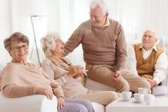 Przechodzić na emeryturę ludzie wydaje czas wpólnie obrazy stock