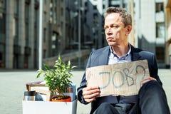 Przechodzić na emeryturę mężczyzna czuć beznadziejny podczas gdy szukający pracę Obrazy Stock