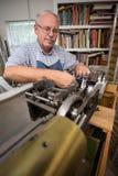 Przechodzić na emeryturę mężczyzna w warsztacie Fotografia Royalty Free