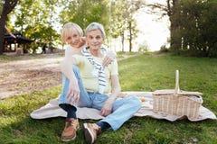 Przechodzić na emeryturę para cieszy się wiosnę i pinkin w parku Zdjęcie Royalty Free