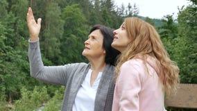 Przechodzić na emeryturę starsza osoba macierzysta i dorosła córka opowiada przeciw tłu lesiste góry Wakacje w zbiory wideo
