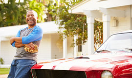 Przechodzić na emeryturę Starszego mężczyzna Cleaning Wznawiający samochód obrazy stock