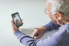 Przechodzić na emeryturę mężczyzna używa informatyka w domu zdjęcie stock