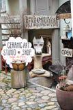Przechuje handmade ceramiczne pracowniane rzeczy w starym mieście Tallinn Obrazy Stock