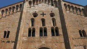 Przechyla widok San Michele bazyliki fasada w Pavia, Włochy zbiory wideo