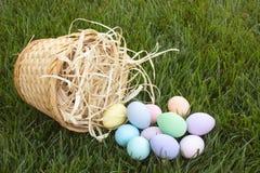 Przechylający Nad Wielkanocnym koszem Zdjęcie Stock