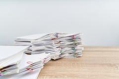 Przeciążenie papierkowej roboty raport z białą tła i kopii przestrzenią Obrazy Stock