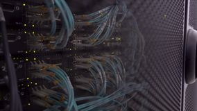 Przecina komputer w stojaku przy wielkim dane centrum Światłowodu Kablowego włącznika aktywności wskaźnika mruganie zdjęcie wideo