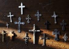 Przecinająca chrześcijaństwo symbolu religia na ścianie obraz royalty free