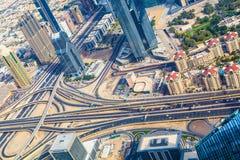 Przecinające drogi w biznesowym grodzkim Dubai obraz stock