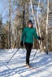Przecinającego kraju śladu narciarka zdjęcia royalty free