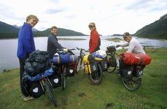 Przecinającego kraju bicyclists w Andes górach, Tierra Del Fuego park narodowy, Ushuaia, Argentyna Fotografia Royalty Free