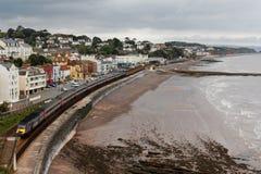 Przecinającego kraju InterCity 125 pociąg pasażerski opuszcza Dawlish stację, Devon, UK Zdjęcie Stock