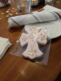 Przecinający ciastko przy Domenica& x27; s ochrzczenie obrazy royalty free