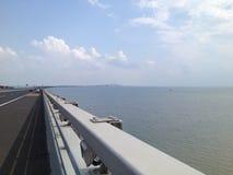 Przecinający morze mostu niebieskie niebo obraz royalty free