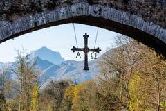 Przecinający obwieszenie na starym rzymianina kamienia moście w Cangas De Onis obrazy royalty free