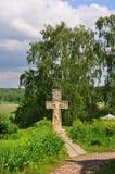 Przecinający pobliski kościół rezurekcja na banku Oko rzeka w Tarusa, Kaluga region, Rosja Obraz Royalty Free