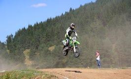 przecinający w powietrzu silnika jeździec Fotografia Royalty Free