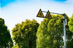 Przecinający drogowy znak ostrzegawczy i lewej strony drogi znak ostrzegawczy Obrazy Royalty Free
