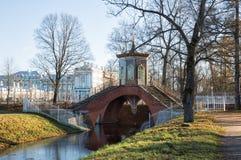 Przecinający most w Aleksander parku obrazy stock