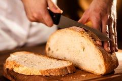 Przecinanie chleb Zdjęcie Royalty Free